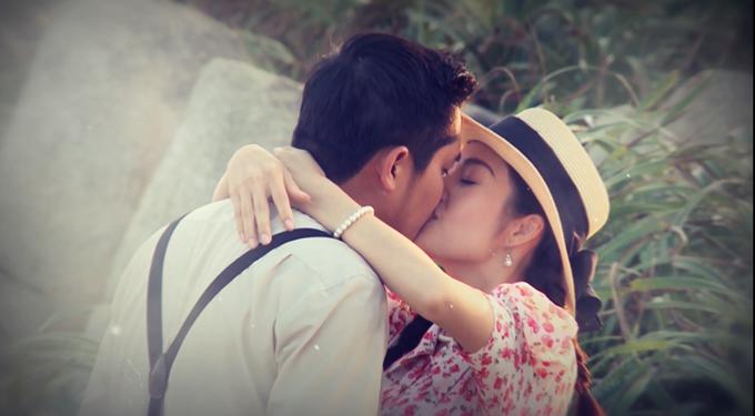 Một nụ hôn của hai diễn viên trong phim.