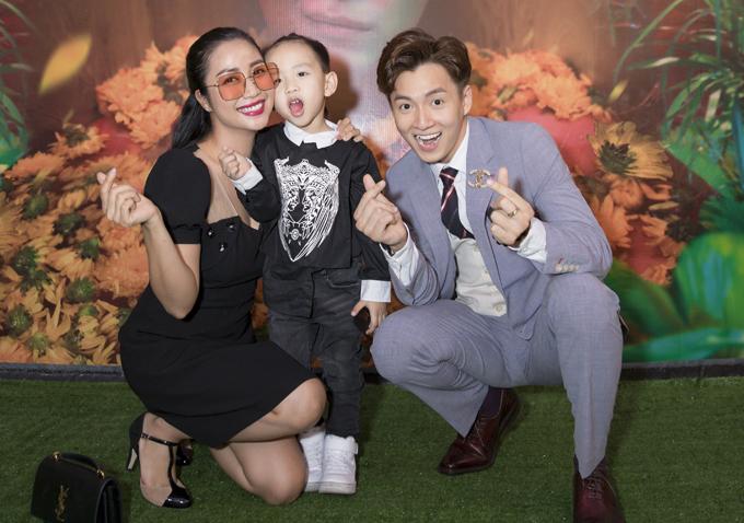 Ốc Thanh Vân dắt con traiCacao đi sự kiện. Hai mẹ con đến chúc mừng Ngô Kiến Huy trở lại với âm nhạc sau hơn một năm im ắng.