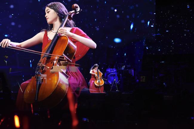 Diễn viên gốc Tân Cương Âu Dương Na Na vừa kết thúc tour diễn kỷ niệm 10 năm gia nhập làng giải trí. Trong show diễn tại Thượng Hải, mỹ nhân đã để lại ấn tượng đặc biệt với những màn chơi nhạc cụ điêu luyện như một nghệ sĩ chuyên nghiệp.