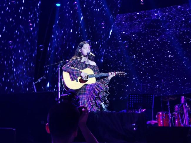 Âu Dương Na Na sinh ra trong một gia đình có truyền thống nghệ thuật, thế nên 10 tuổi đã thành thạo cello, 12 tuổi trở thành người trẻ tuổi nhất được biểu diễn tại National Concert Hall của Đài Loan và giành nhiều giải thưởng cấp quốc gia. Năm 2014, cô đóng Chuyện tình Bắc Kinh cùng Lưu Hạo Nhiên và trở nên nổi tiếng. 2015, cô tham gia show Thần Tượng Đến Rồi, đóng Xé Gió, và rồiliên tục là gương mặt chơi của nhiều show tên tuổi như Vương Bài Đậu Vương Bài...