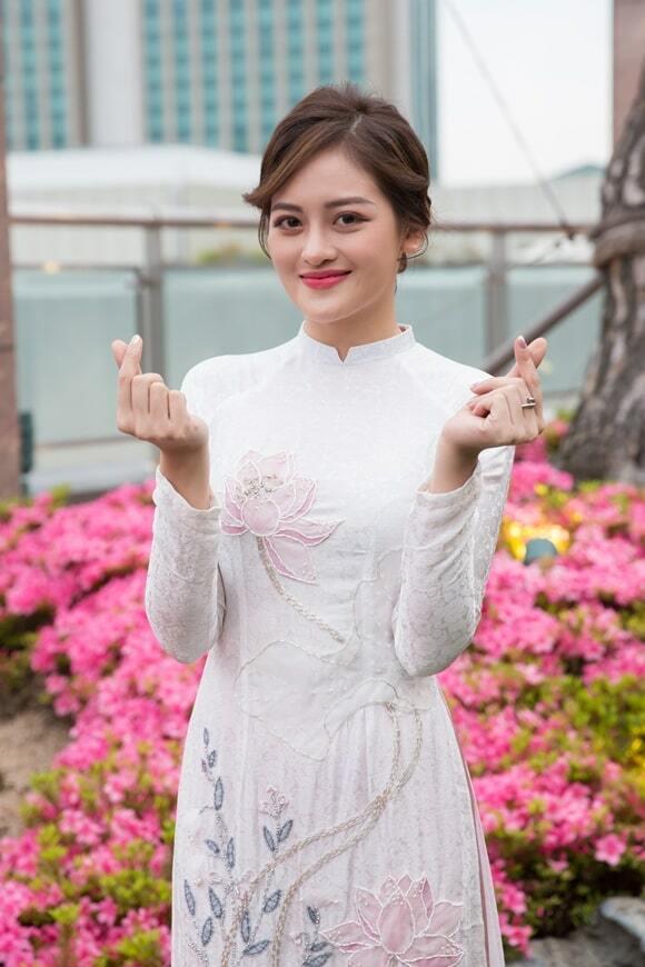 Thùy Anh mặc áo dài dự sự kiện ở Hàn Quốc.
