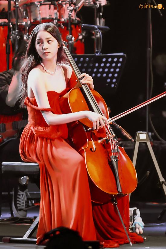 Trong đêm diễn, Âu Dương Na Na thay đổi nhiều trang phục, giúp tôn lên vẻ đẹp gợi cảm tuổi thanh xuân. Điểm nhấn chính là chiếc váy của thương hiệu mà cô mặc, trông Âu Dương rực rỡ như một đóa hồng nhung trên sân khấu.