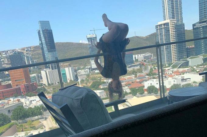 Alexa Terrazas lộn người trên ban công trước khi trượt tay và rơi xuống dưới. Ảnh: Nypost.