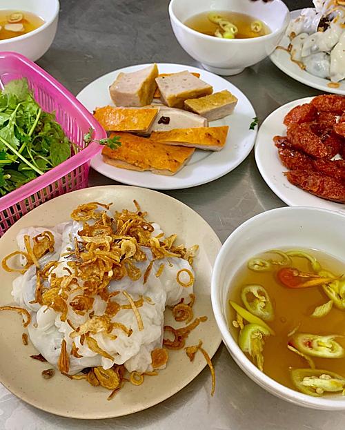 Dù chỉ ở Hà Nội 4 ngày nhưng đôi bạn thân đã kịp thưởng thức tới hơn 10 món ăn và tìm đến những địa chỉ nổi tiếng nhất nhì thủ đô. Bánh cuốn bà Xuân nằm ởdốc Hoè Nhai phục vụ món bánh cuốn, ăn kèm chả, lạp xưởng, mở cửa từ 6h30 đến 23h30.