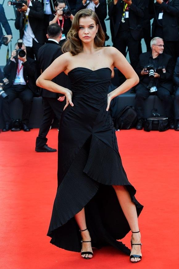 Thảm đỏ khai mạc LHP Venice 2019 còn chứng kiến sự xuất hiện của dàn thiên thần Victorias Secret. Trong ảnh là chân dài mới nổicủa hãng thời trang nội yBarbara Palvin. Côchọn váy cúp ngực đen đơn giản cho sự kiện điện ảnh toàn cầu.