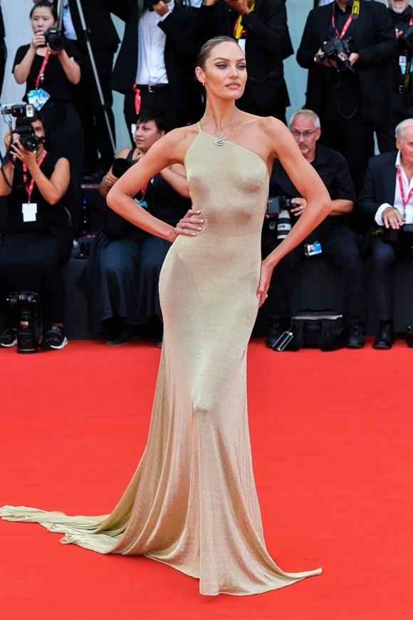 Chân dài Candice Swanepoel khoe thân hình đồng hồ cát.