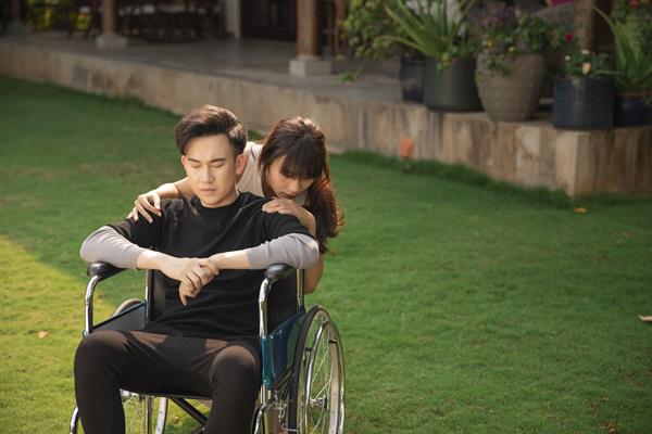 Dương Triệu Vũ và Thanh Tú trong MV.