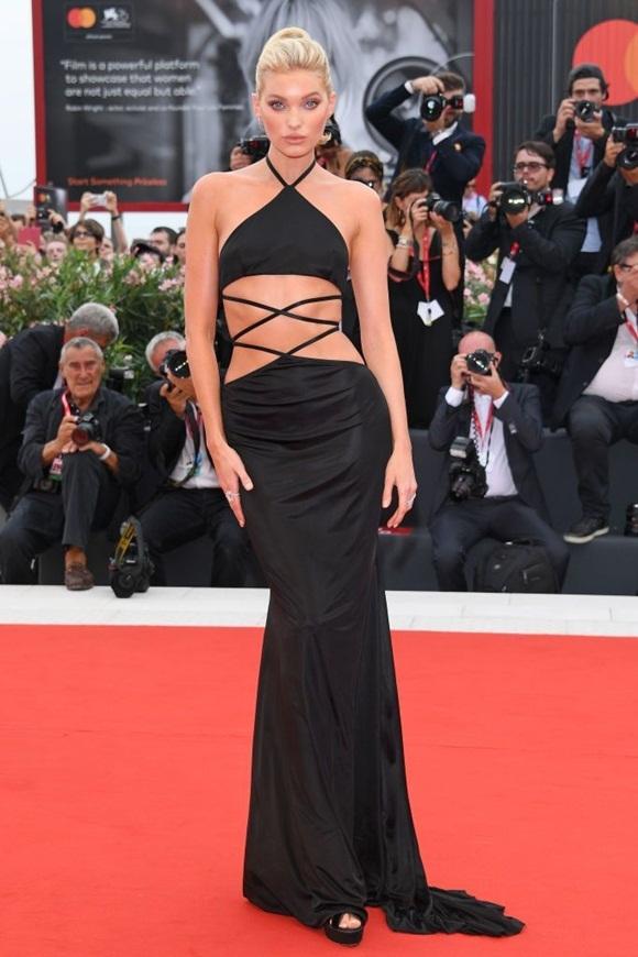 Siêu mẫu Elsa Hosk diện váy cắt xẻ khoe vòng 2 chuẩn mực.