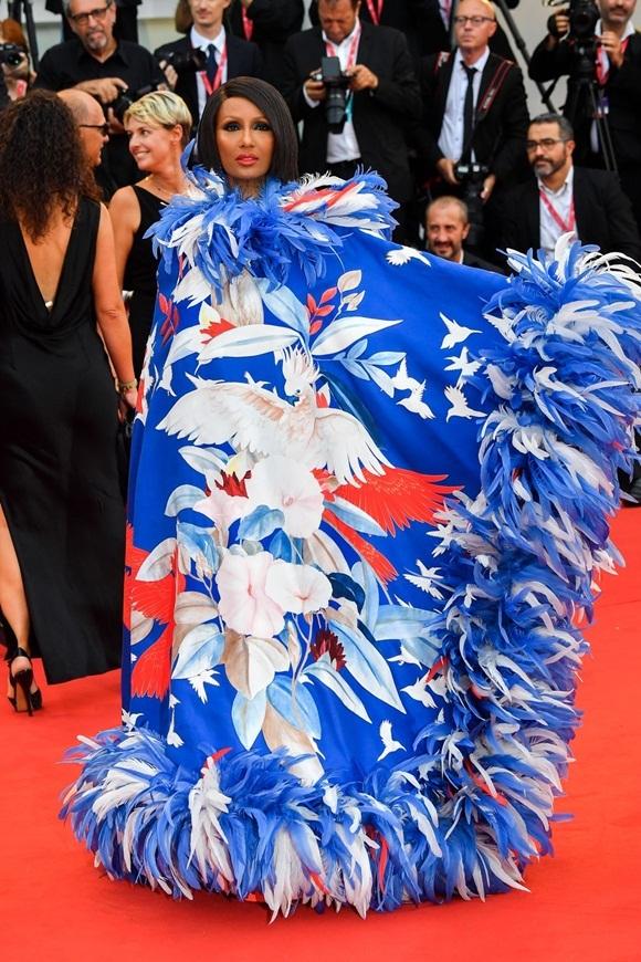 Người mẫu - diễn viên - doanh nhân Iman gây chú ý với bộ đầm hoa lá sặc sỡ được thiết kế kỳ công.
