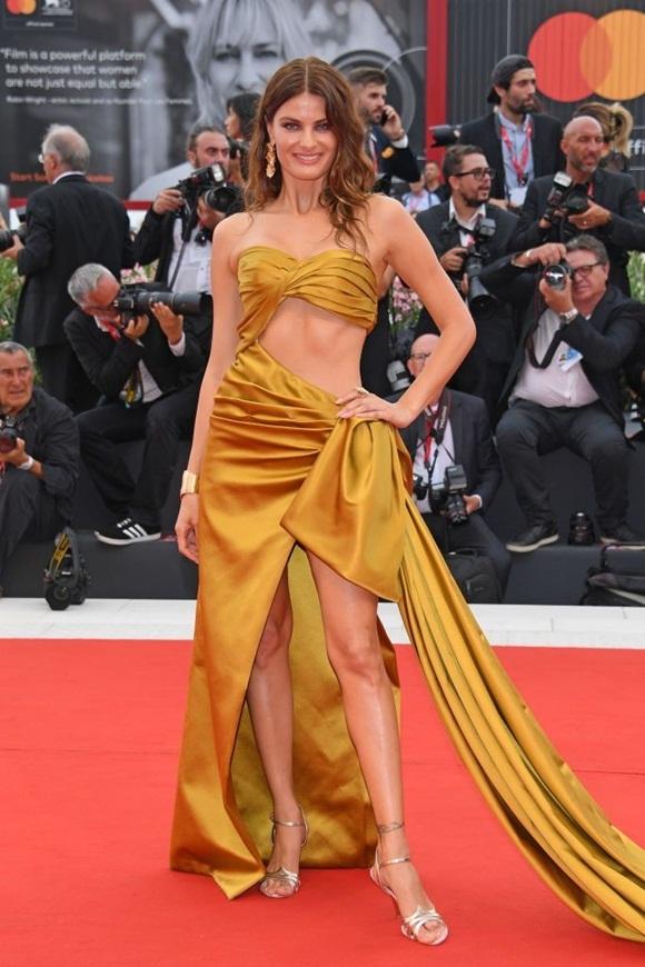 Chân dài Brazil Isabeli Fontana khoe sắc với váy xẻ cao và cut-out.