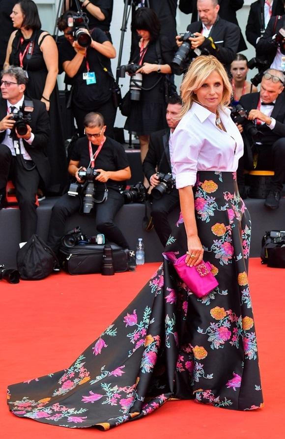 Diễn viên nước chủ nhà Isabella Ferrari lựa chọn bộ trang phục kín đáo.