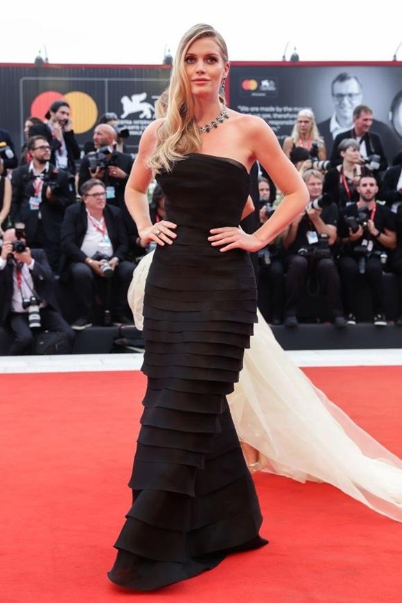 Người mẫu Anh Lady Kitty Spencer - người đại diện của thương hiệu thời trang BVLGARI cuốn hút trước ống kính.