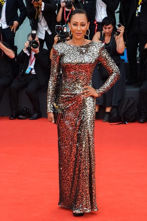 Mel B của nhóm Spice Girls diện váy lấp lánh ánh bạc trên thảm đỏ.