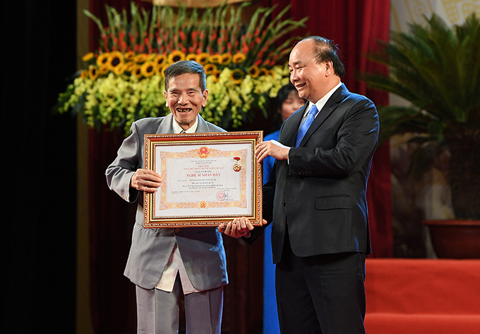 Nghệ sĩ Trần Hạnh được trao tặng danh hiệu Nghệ sĩ Nhân dân ở tuổi 90. Nghệ sĩ không đặt nặng chuyện danh hiệu nhưng cảm thấy an ủi vì được Nhà nước tôn vinh trước khi gần đất xa trời.