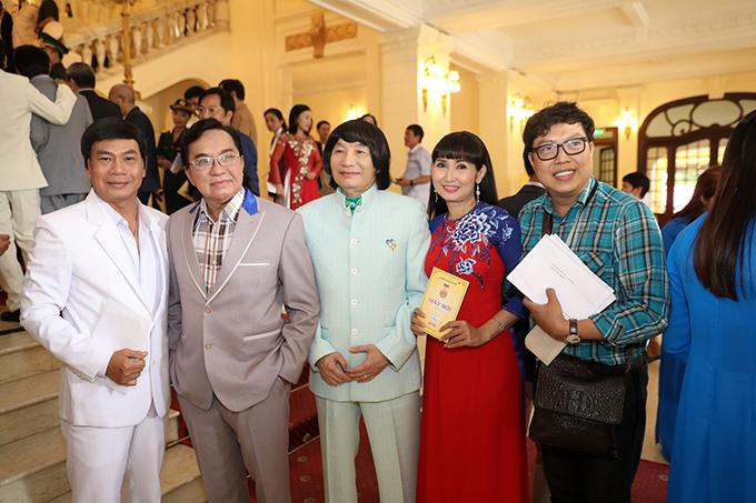 Các nghệ sĩ cải lương như Thanh Tuấn, Minh Vương (thứ hai và thứ ba từ bên trái sang) cũng từ TP HCM ra Hà Nội tham dự buổi lễ.