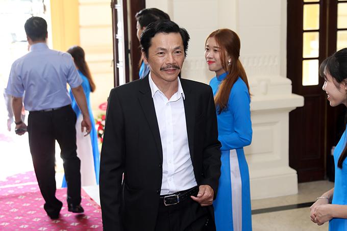 Ông Sơn Trung Anh có mặt từ sớm tại Nhà hát Lớn Hà Nội để cùng các đồng nghiệp nhận danh hiệu. Ông đủ điều kiện nhận danh hiệu NSND từ lâu nhưng cách đây 2 năm mới bắt đầu làm hồ sơ. Được biết đến nhiều ở lĩnh vực truyền hình nhưng NSND Trung Anh đã có hàng chục năm cống hiến cho lĩnh vực sân khấu tại Nhà hát Kịch Việt Nam.