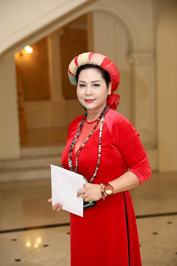 Diễn viên Minh Hằng cũng được tôn vinh trong đợt này. Chị nhận danh hiệu Nghệ sĩ Nhân dân. Nữ diễn viênđược biết đến qua các vai trong chương trình Táo quân các năm nhưng hoạt động chủ yếu ở lĩnh vực kịch nói tại Nhà hát Tuổi Trẻ.