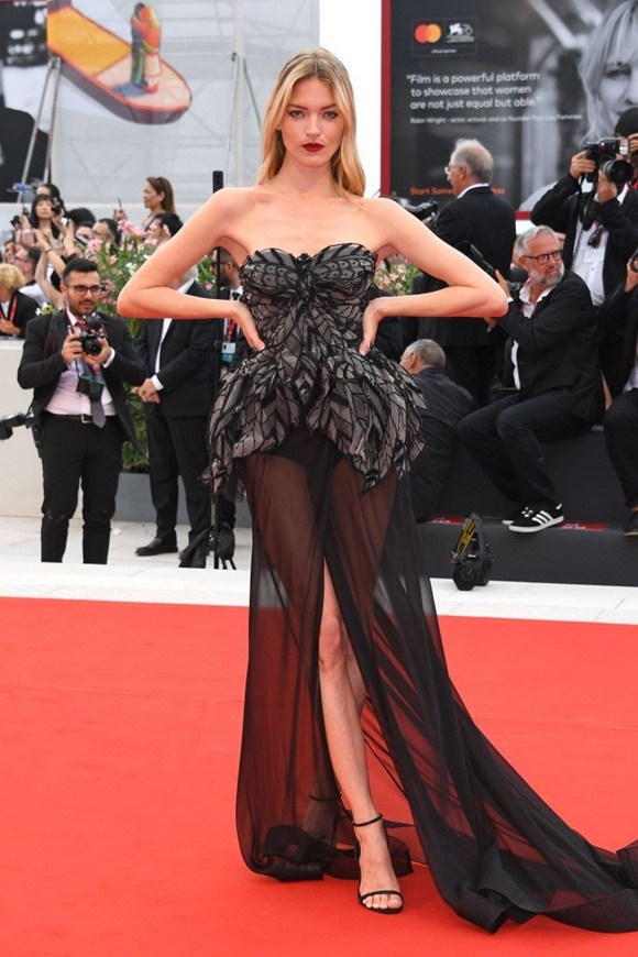 Martha Hunt - một gương mặt đình đám trên sân khấu Victorias Secret khoe thần thái sang chảnh với váy cúp ngực và phần đuôi xuyên thấu.