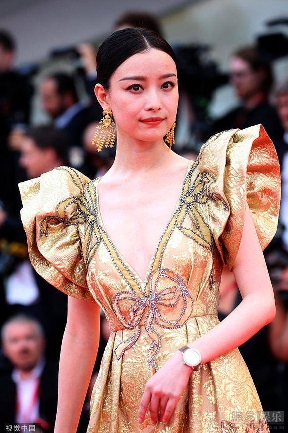 Diễn viên 31 tuổi nổi lên trong các phim Kim Lăng thập tam hoa, Năm tháng vội vã và từng trải qua một mối tình với Phùng Thiệu Phong.