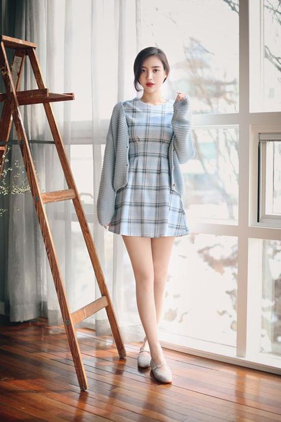 Ngoài váy hoa thì áo len màu trung tính, màu pastel còn có thể mix cùng những kiểu váy ca rô, váy kẻ sọc trẻ trung.