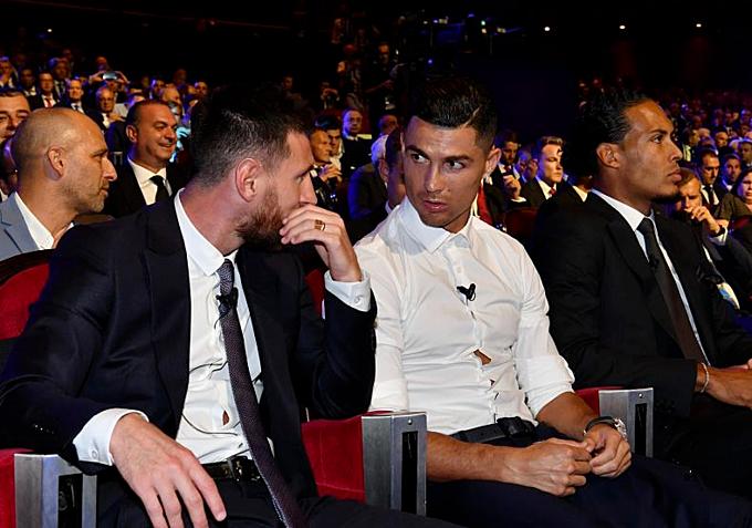 Messi và Ronaldo trò chuyện thân tình. Ảnh: AFP.