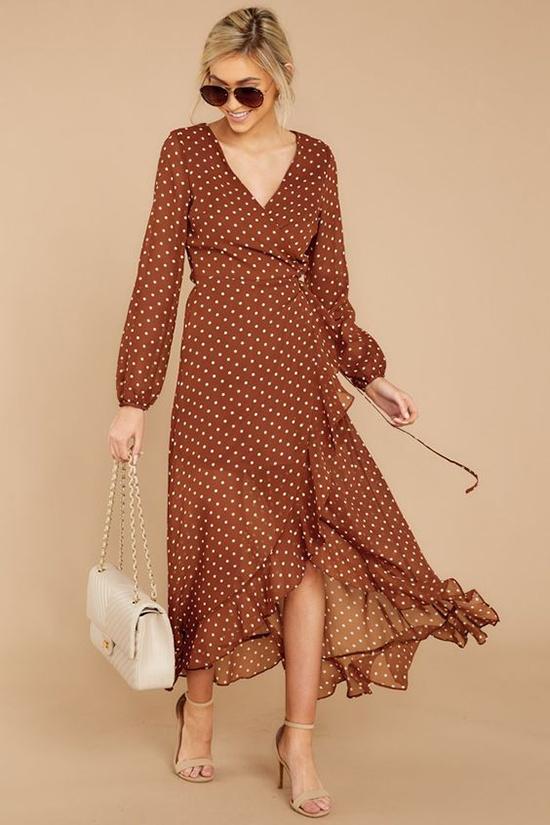 Từ hình ảnh nhẹ nhàng của những quý cô cổ điển, váy chấm bi mùa mới được thêm nét sexy bởi cách áp dụng các đường cut-out, xoắn vải...