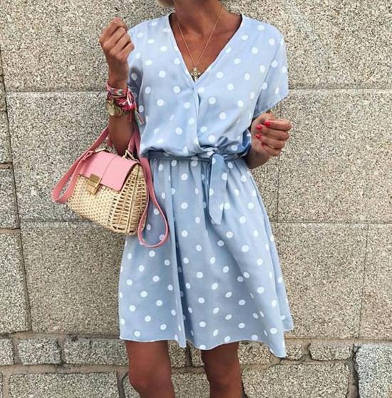 Khác với dòng váy sexy chỉ phù hợp với một vài bối cảnh nhất định, đầm chấm bi retro dễ dàng sử dụng khi đi làm, đi chơi và có cả những mẫu váy đi tiệc.