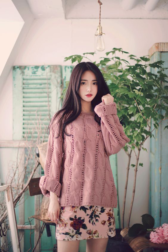 Áo n chui đầu được thiết kế trên nhiều mẫu mã như len lông, len tăm, len vặn thừng để giúp chị em công sở thoả sức mix-match.