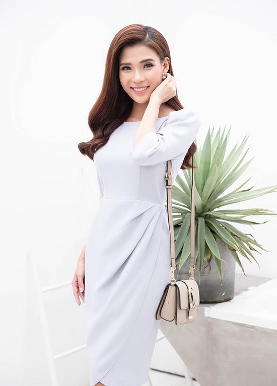 Trong bộ ảnh thời trang, Thuý Diễm hoá thân thành nàng công sở hiện đại để giới thiệu bộ sưu tập ứng dụng cho mùa mới.
