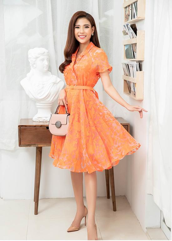 Vải in hoa bắt mắt được sử dụng để mang tới những kiểu đầm ảnh hưởng phong cách cổ điển để nàng công sở sành điệu cùng xu hướng mùa thu.