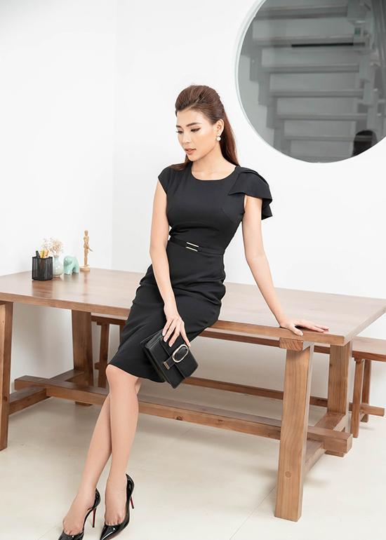 Ngoài các mẫu đầm tiện lợi khi đi làm, Thuý Diễm còn chọn thêm các mẫu váy cocktail phù hợp với không khí tiệc tùng.