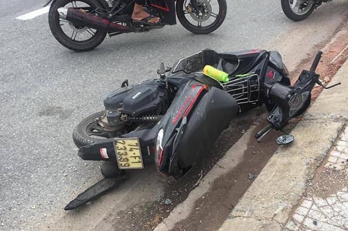 Chiếc xe máy tự gây tai nạn khiến hai người tử vong. Ảnh: Công an Triệu Phong cung cấp
