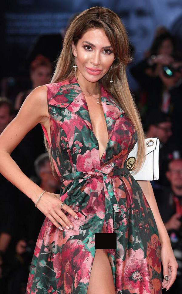 Tuy nhiên trong một vài khoảnh khắc, ngôi sao Teen Mom lộ một phần vùng kín. Theo Aceshowbiz, Farrah Abraham đã không mặc nội y lên thảm đỏ. Đây không phải là lần đầu tiên cô nàng có sự cố hớ hênh như vậy. Tại liên hoan phim Cannes 2018 ở Pháp, Farrah cũng tung váy quá đà, để lộ hết vùng nhạy cảm.