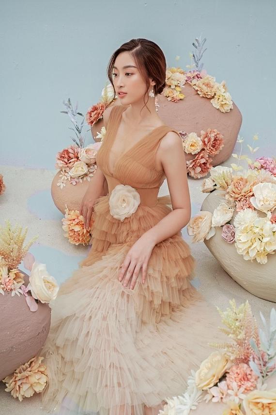 Đỗ Mỹ Linh mặc váy xuyên thấu - 9
