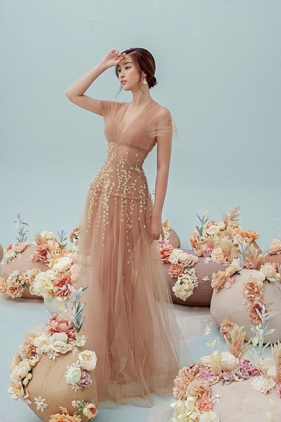 Đỗ Mỹ Linh mặc váy xuyên thấu - 10
