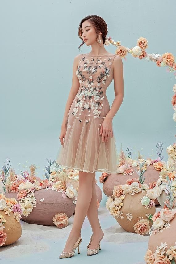 Đỗ Mỹ Linh mặc váy xuyên thấu