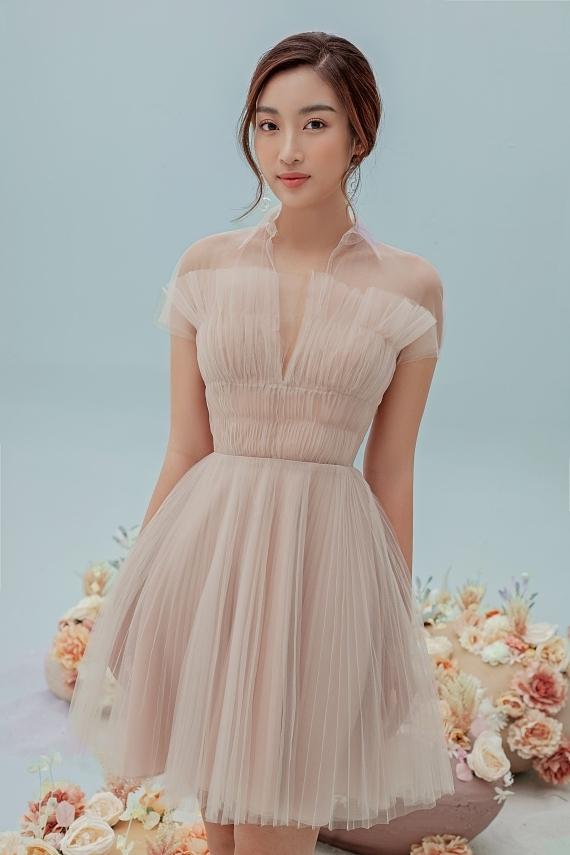 Đỗ Mỹ Linh mặc váy xuyên thấu - 1
