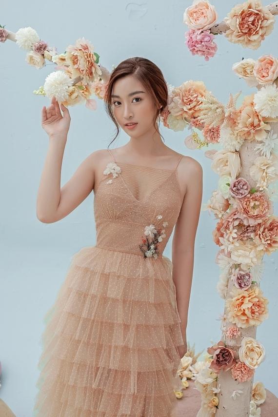 Đỗ Mỹ Linh mặc váy xuyên thấu - 2