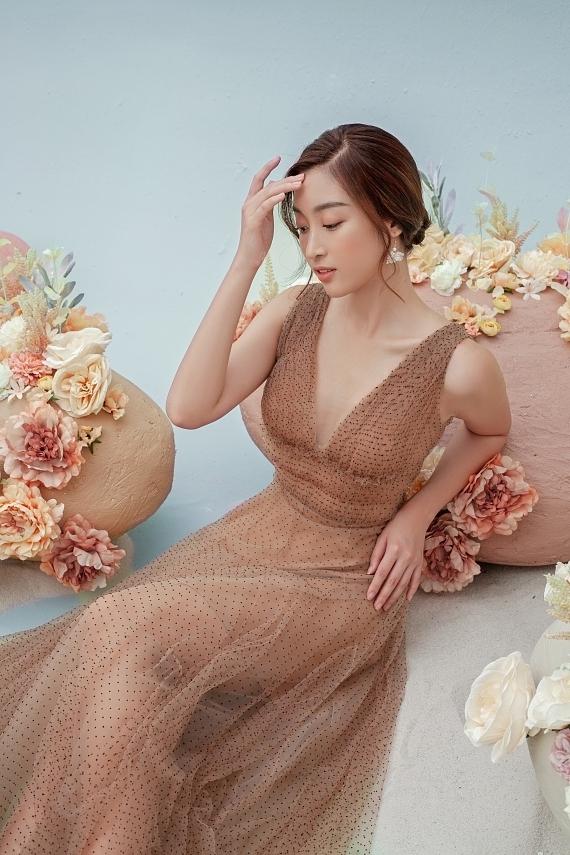 Đỗ Mỹ Linh mặc váy xuyên thấu - 3