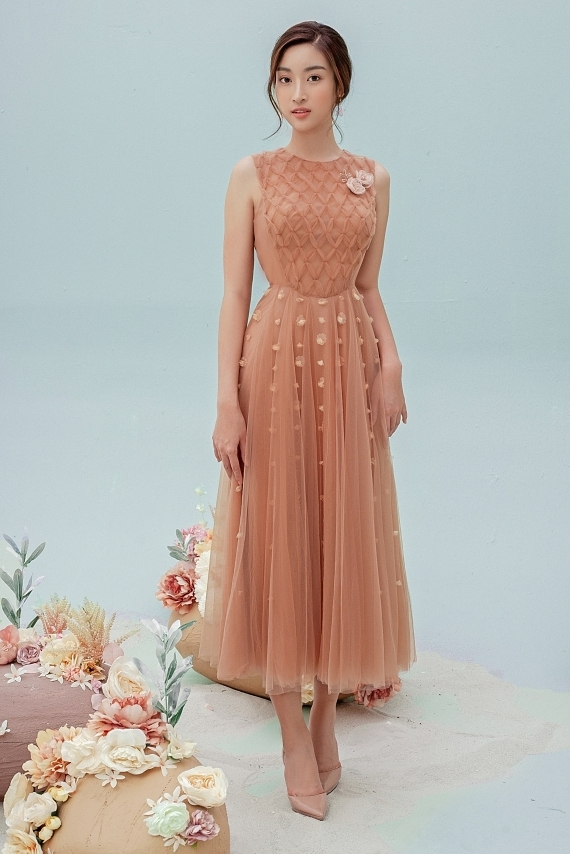 Đỗ Mỹ Linh mặc váy xuyên thấu - 4