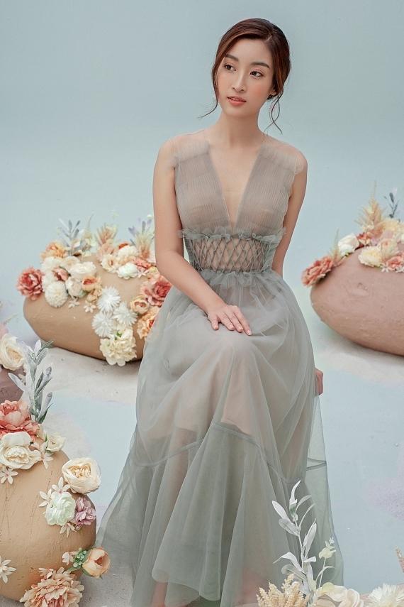 Đỗ Mỹ Linh mặc váy xuyên thấu - 5