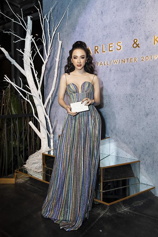 Váy hai dây thiết kế trên chất liệu vải ánh kim ngũ sắc Phương Trinh chọn lần này đến từ nhà mốt Công Trí.