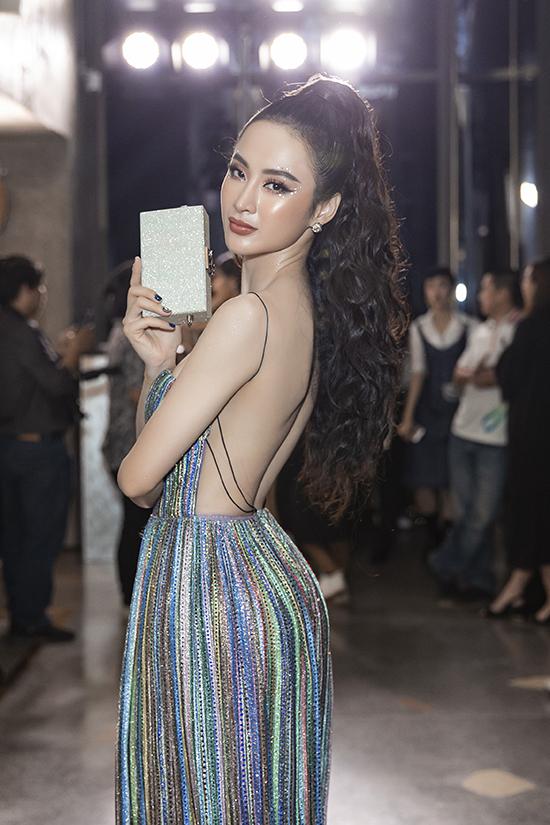 Người đẹp chọn váy khoe trọn lưng trần để tham gia buổi giới thiệu bộ sưu tập thu đông của thương hiệu thời trang bình dân nổi tiếng thế giới.