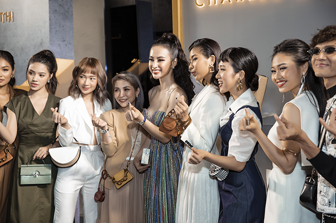 Angela Phương Trinh chụp ảnh kỷ niệm cùng các fashionista nổi tiếng cùng tham gia sự kiện.