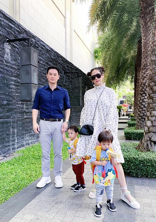 Chompoo Araya búi tóc hai bên theo phong cách Lolita, nhí nhảnh khi chụp ảnh cùng chồng con. Người đẹp kết hôn với tỷ phú Nott Visrut Rangsisingpipat - người thừa kế tập đoàn lớn ở Thái Lan - vào năm 2015. Họ hẹn hò sáu năm trước khi về chung nhà. Con trai sinh đôi của vợ chồng sao hơn hai tuổi. Theo Bangkok Post, Nott Visrut luôn bày tỏ tình yêu và chiều chuộng vợ. Anh từng gây sốt với khán giả khi chúc mừng sinh nhật vợ trên Instagram. Thế giới có bảy tỷ nụ cười nhưng anh yêu nhất nụ cười của em.