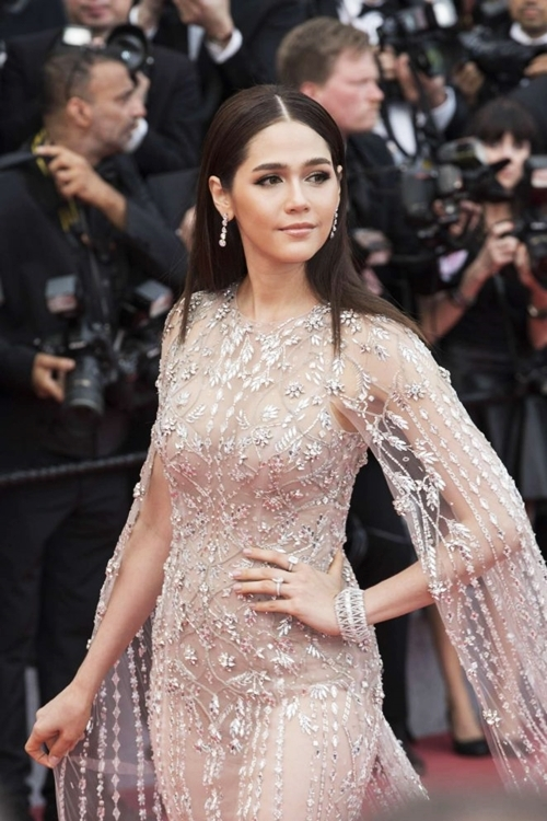 Người đẹp rẽ tóc hai bên, để xõa tự nhiên khi dự sự kiện thời trang ở Paris (Pháp).