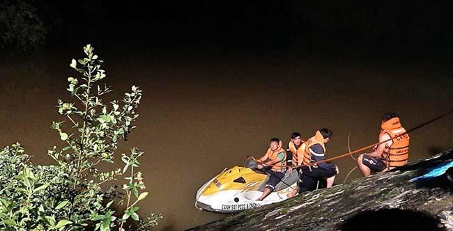 Mô tô cứu hộ tìm kiếm nhóm người mất tích trong đêm.