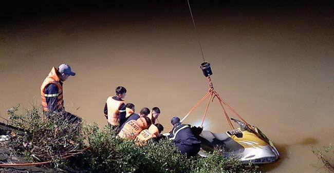 Do nước sông dâng cao nên công tác cứu hộ gặp nhiều khó khăn.