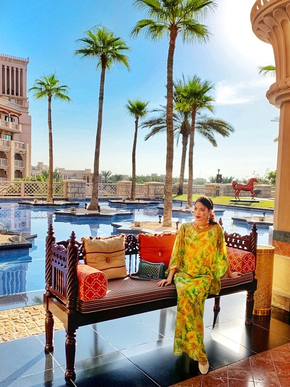 Người đẹp nghỉ dưỡng trong một khách sạn cao cấp, sang chảnh.