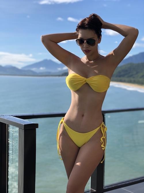 Bà mẹ siêu mẫu mang theo nhiều bộ đồ bơi để thỏa sức khoe dáng trong ba ngày nghỉ.